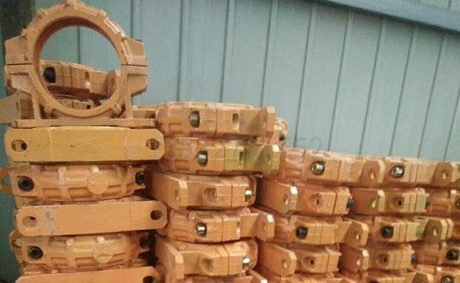 125泵车固定座管卡