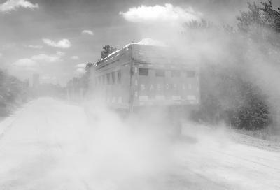 道路灰尘满天飞洒水降尘