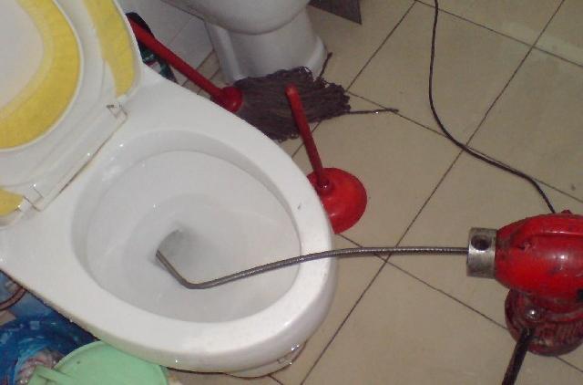 家庭卫生间马桶下水道疏通