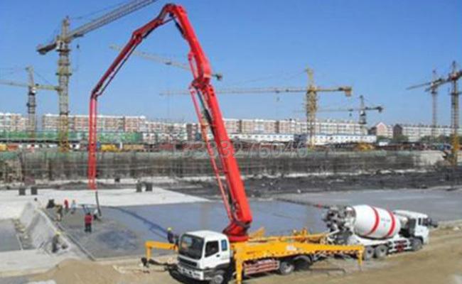 泵车臂架泵管参与混凝土施工