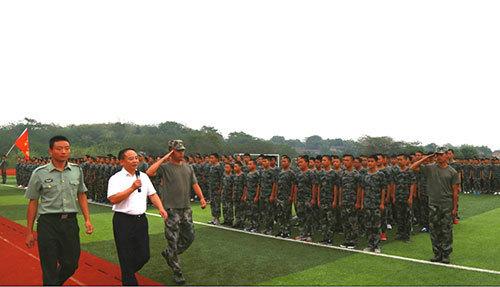 校领导检阅军训方阵