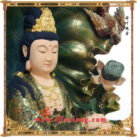 铜像荷叶观音侧面近照彩绘描金塑像