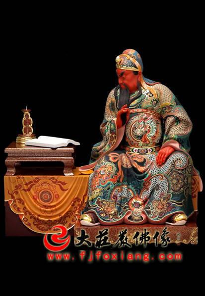 铜雕关公看书彩绘像