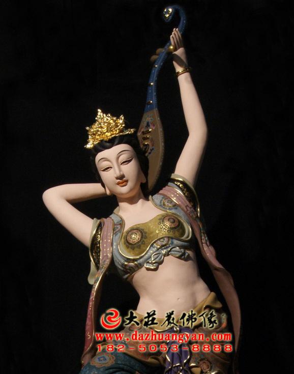 反弹琵琶伎乐天彩绘神像正面近照
