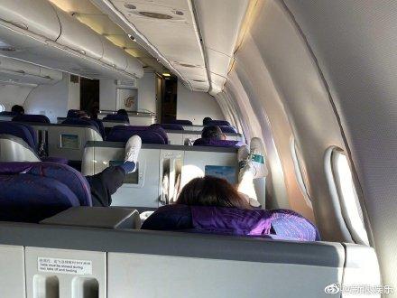 「舆情热点」继王子文踩高铁小桌板 梅婷又踩飞机显示屏!