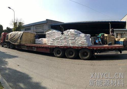 板车正在运输储能型石墨烯