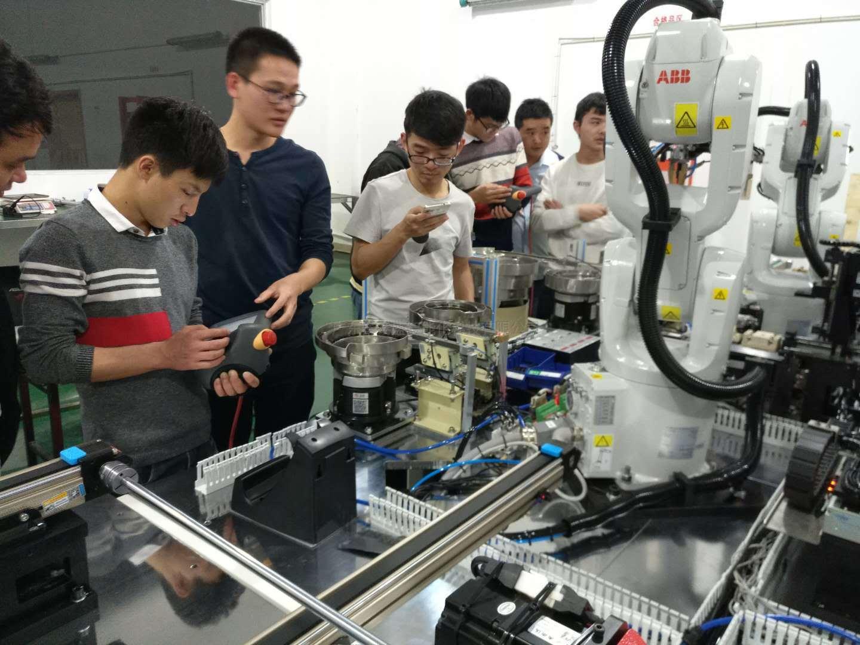 全自动贴辅料机在医药行业的运用