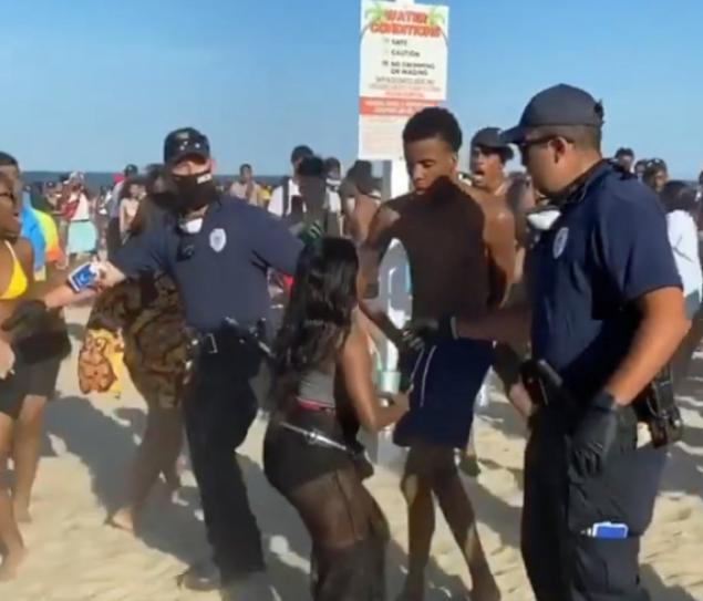 新州海岸开趴,千人没戴口罩,警察到场驱散!