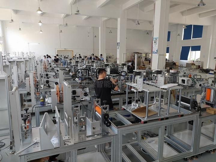 秦泰盛自动贴背胶海绵机车间生产现场