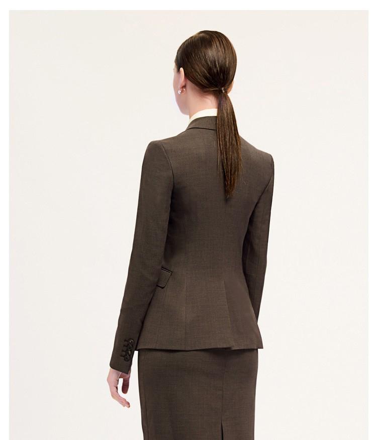 女士棕色时尚西服背面展示