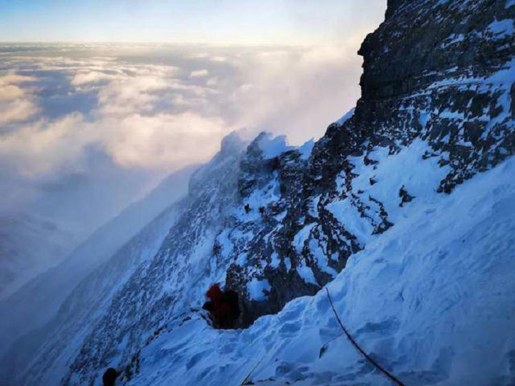 """无坚不可摧""""珠峰高程测量登山队成功登顶"""