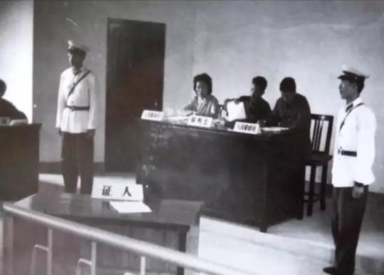 80年代初庭审服装