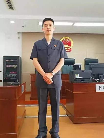 身穿法院最新款男士法官新制服的工作人员