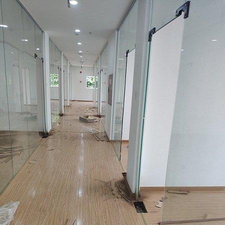 成都成华区写字楼办公室玻璃隔断案例
