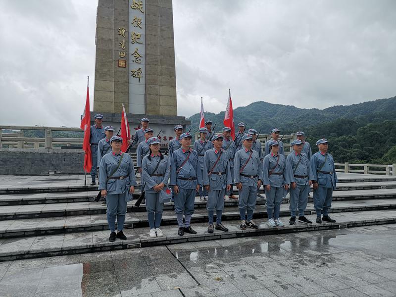 瑞金红色培训——培训班在松毛岭战役纪念碑合影