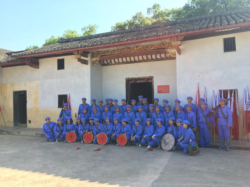 """瑞金红色文化教育培训班学员在长征第一山开展""""重走长征路""""活动"""