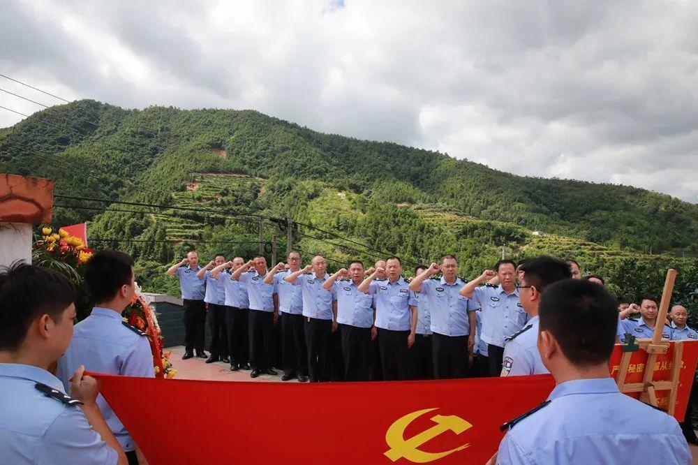 瑞金红色文化教育,学员在革命烈士纪念塔前进行重温入党誓词