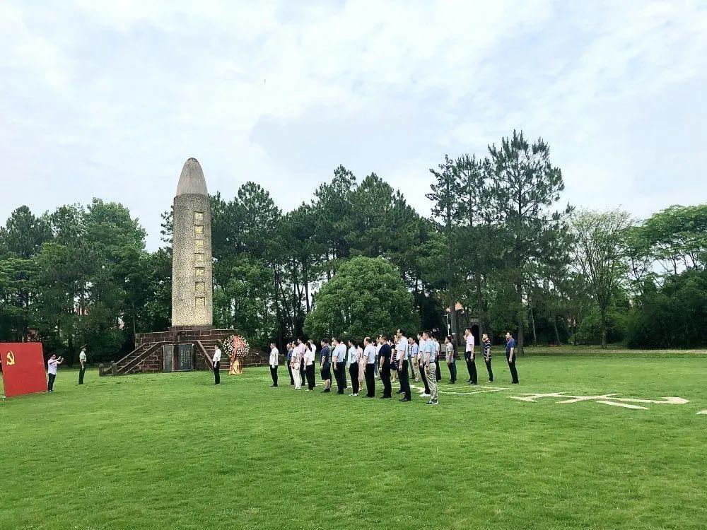 瑞金红色文化教育,某单位在红军烈士纪念塔进行敬献花篮,重温入党誓词