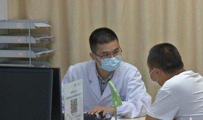 2听听皮肤科医生怎么说:白色口罩易引发皮肤问题?