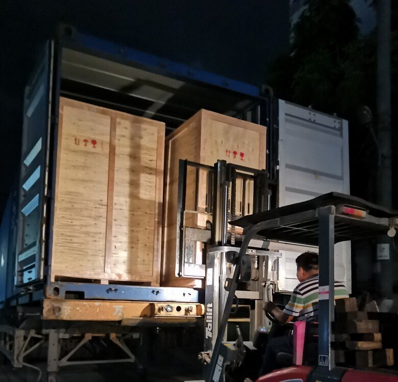 中国秦泰盛全自动平面一拖一高速口罩机打包发往韩国