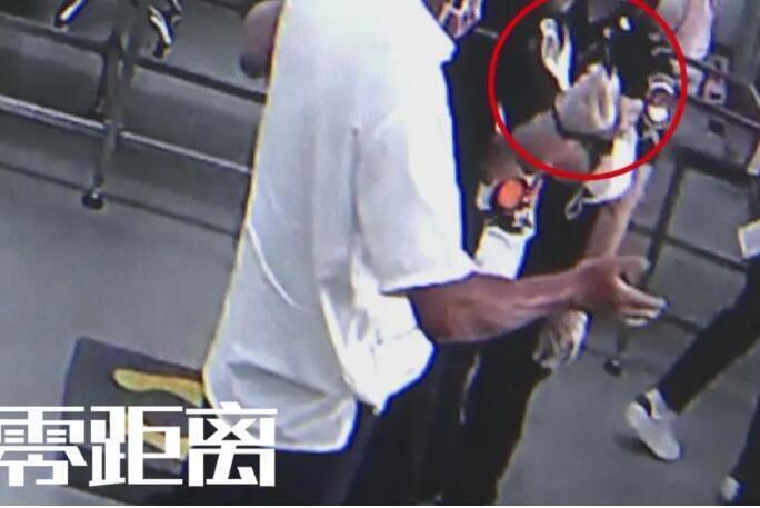 机场安检员拦下两名旅客,口罩里居然藏着……