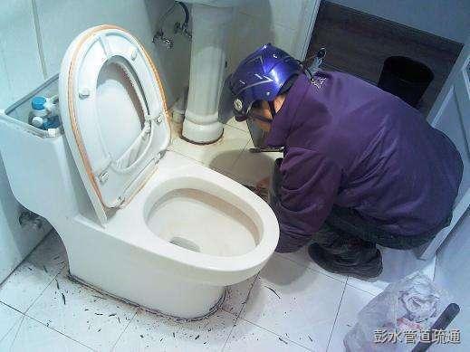 厕所冲水后马桶会溅水冒臭气怎么办?