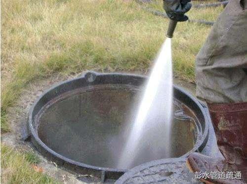 一半路上的下水井盖被他疏通了