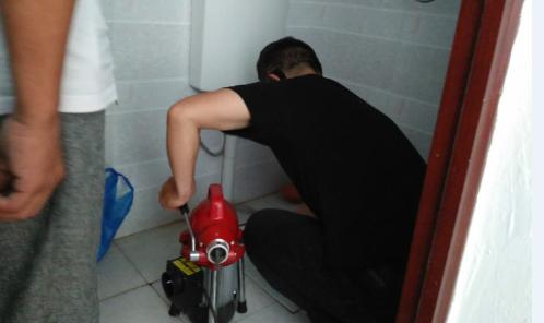 彭水镇中厕所疏通现场
