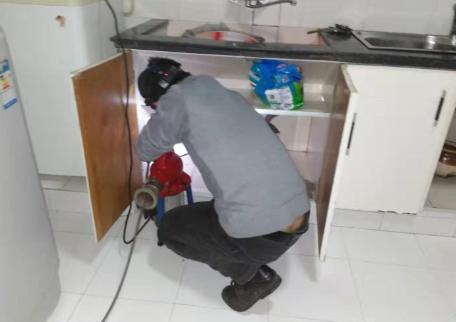 靛水年租房疏通厨房下水道