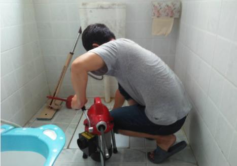 家里厕所管道堵了怎么办?