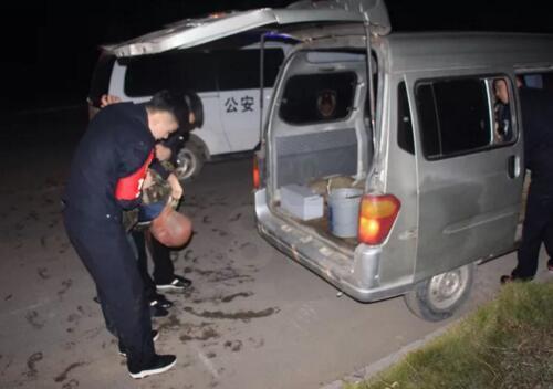 偷太阳能路灯蓄电池的人被警察抓住了