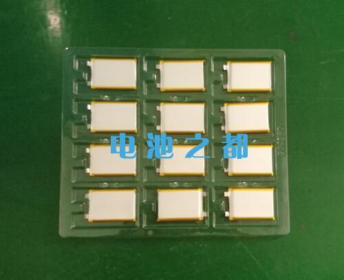 放在托盘内的3.7V聚合物锂电池芯