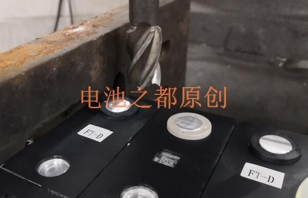 铣床的铣头可以将动力电池极柱表面不整的杂物硬物铣平整