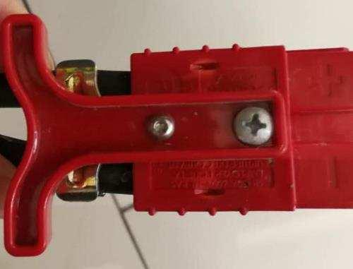某山东锂电池工厂设计的电池接口样式