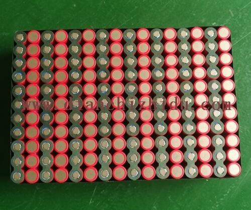 贴好面垫的60V圆柱形锂电池组