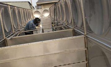 400T不锈钢焊接水箱制作现场