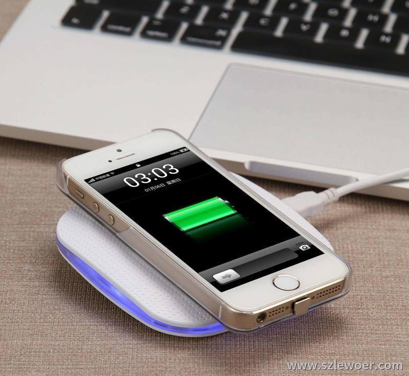 利行者5w无线充电器正在给苹果4手机充电