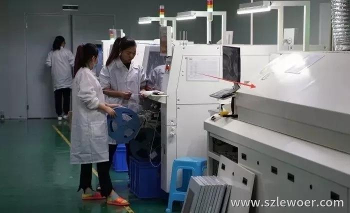 无线充电器厂家工作人员正在进行无铅环保工艺的回流焊作业图