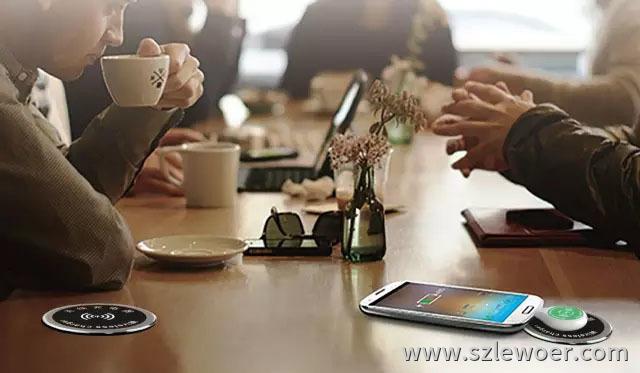 桌面嵌入式无线充电器办公会议应用场景图