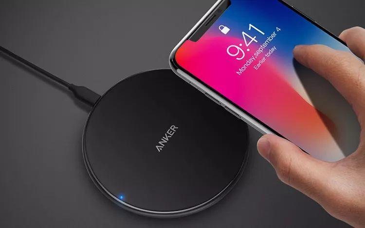 Anker无线充电器正在给iphone8充电