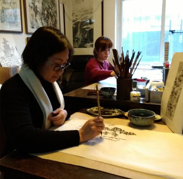 国画培训班学员在临摹古画