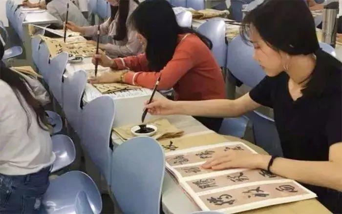 学毛笔字,什么字体适合女生练习?