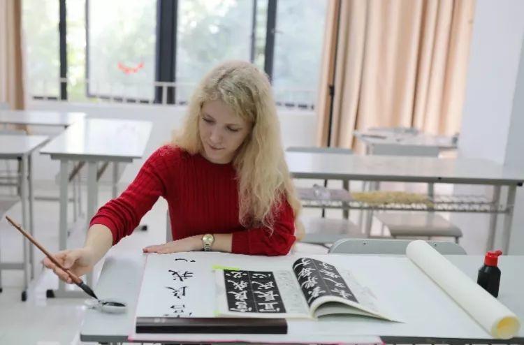 俄罗斯姑娘学楷书一年夺大奖,专家:没有灵魂,无价值!