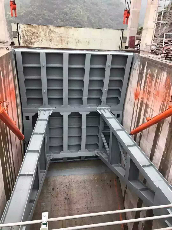 扶余市露顶式弧形钢闸门和平面钢闸门有什么区别