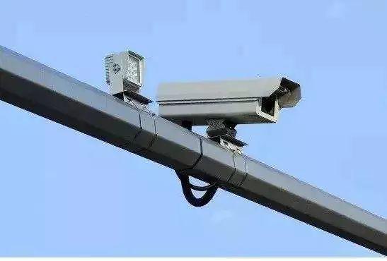 安装监控摄像头抓拍违法违章行为