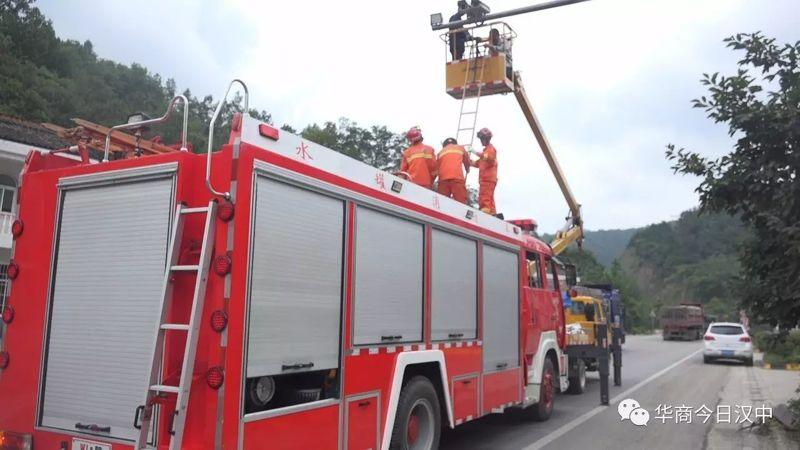 2名维修监控人员被困升降机