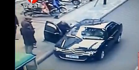 保安被公职人员携棍追打!