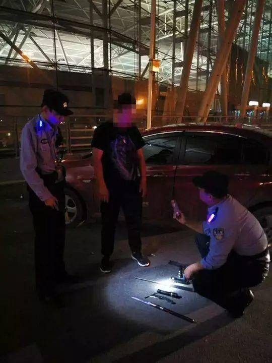 网约车司机被查:随车带刀具电击器