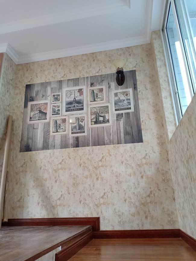 楼梯间安装好的风景画墙布
