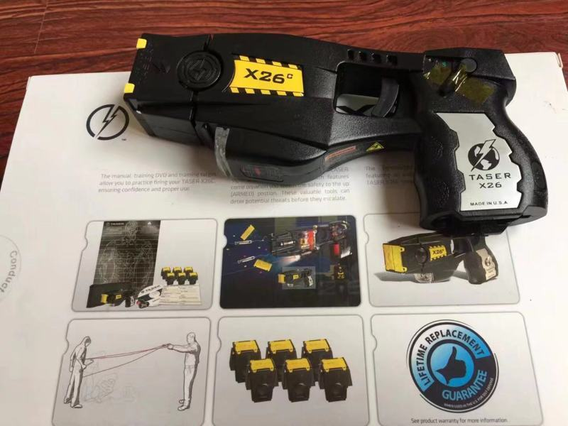 使用泰瑟电击枪巡逻的警察也必须配备心脏去颤器